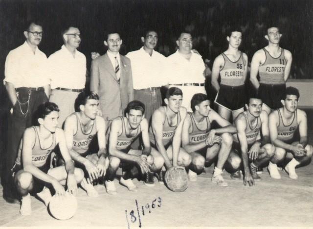 Figura 1 – Rolandinho é o primeiro da direita para esquerda em pé e seu irmão Walter é o primeiro da direita para a esquerda agachado.
